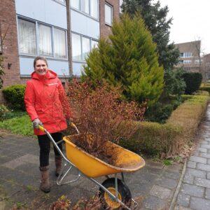 Bernice Kamphuis met spierstruik voor groen schoolplein.