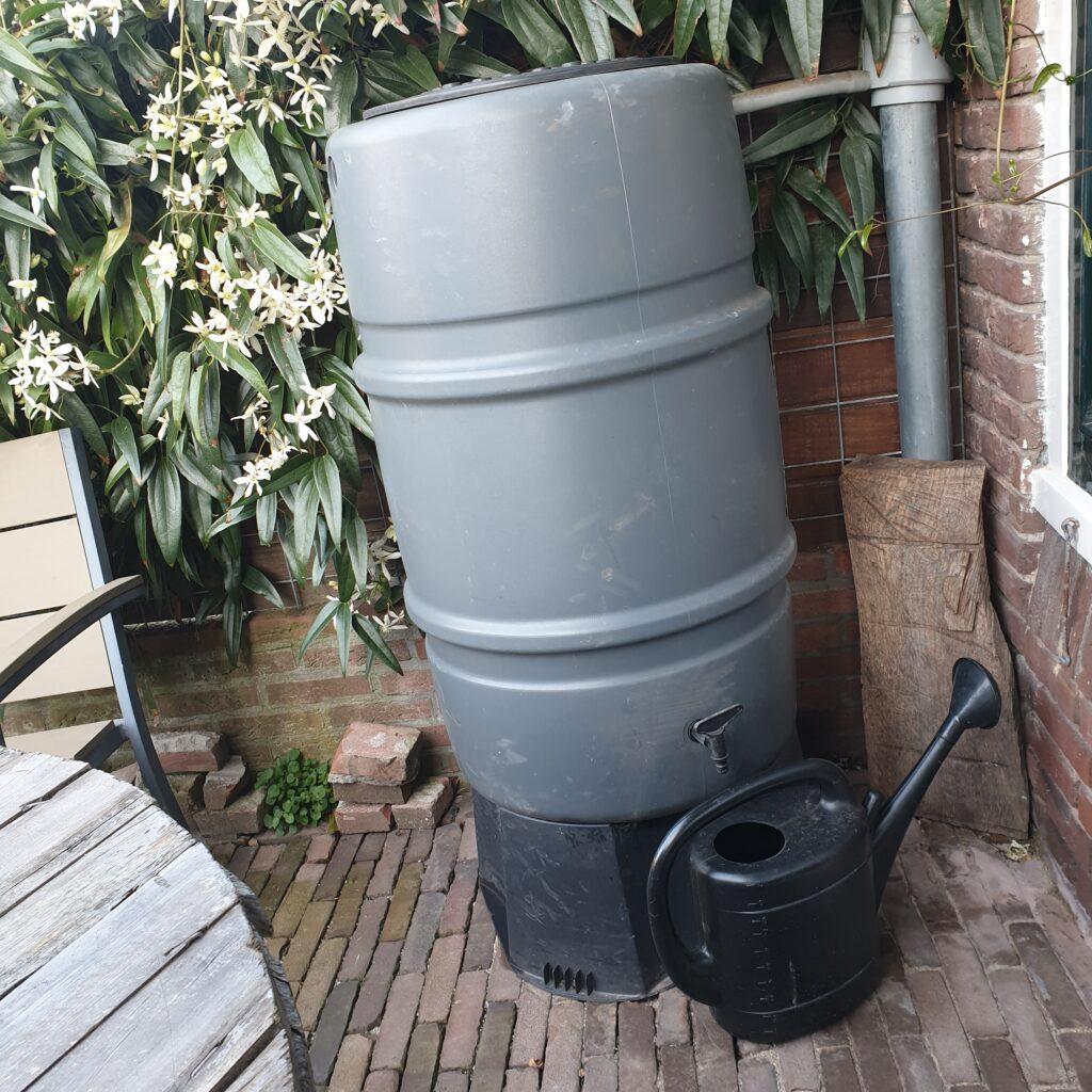 Regenton bij Zorg In De Tuin zorgt voor waterbesparing en klimaatadaptatie.